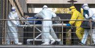 Медики транспортируют пациента с подозрением на коронавирусную