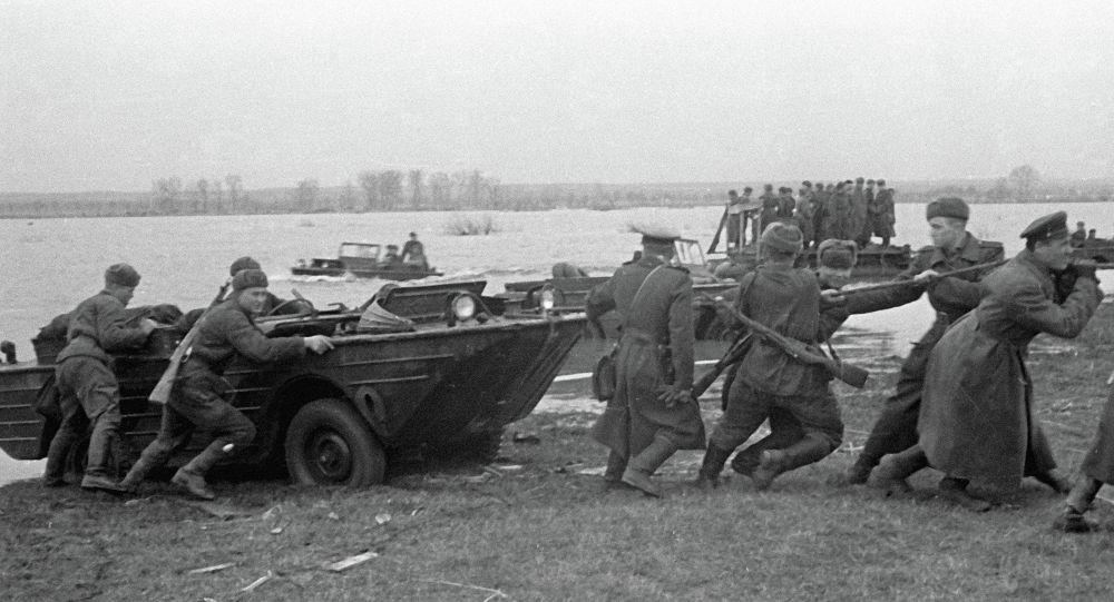 Советские части форсируют реку Одер.