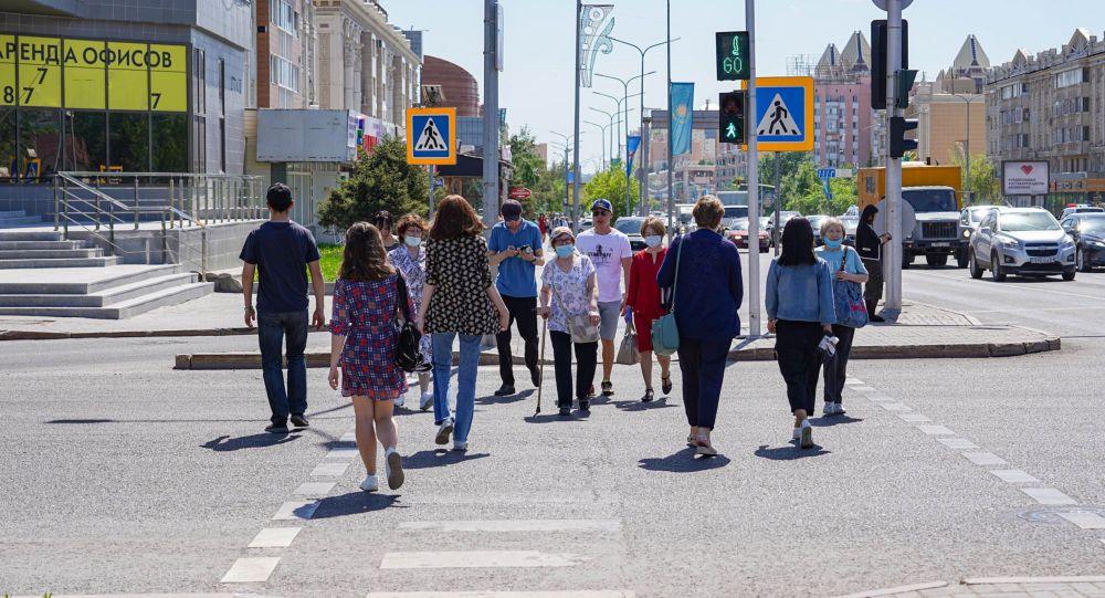 Люди в масках на пешеходном переходе в Нур-Султане