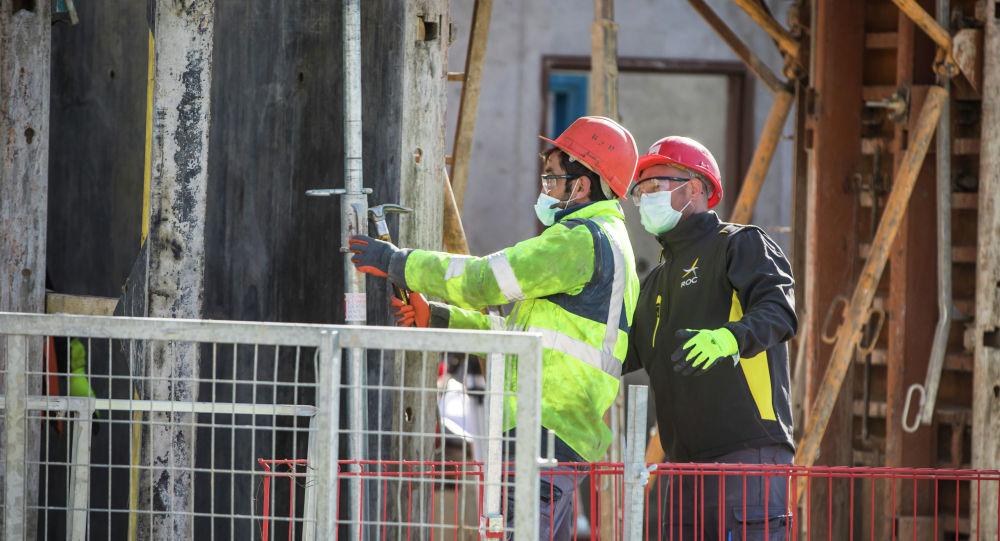 Строители в масках за работой