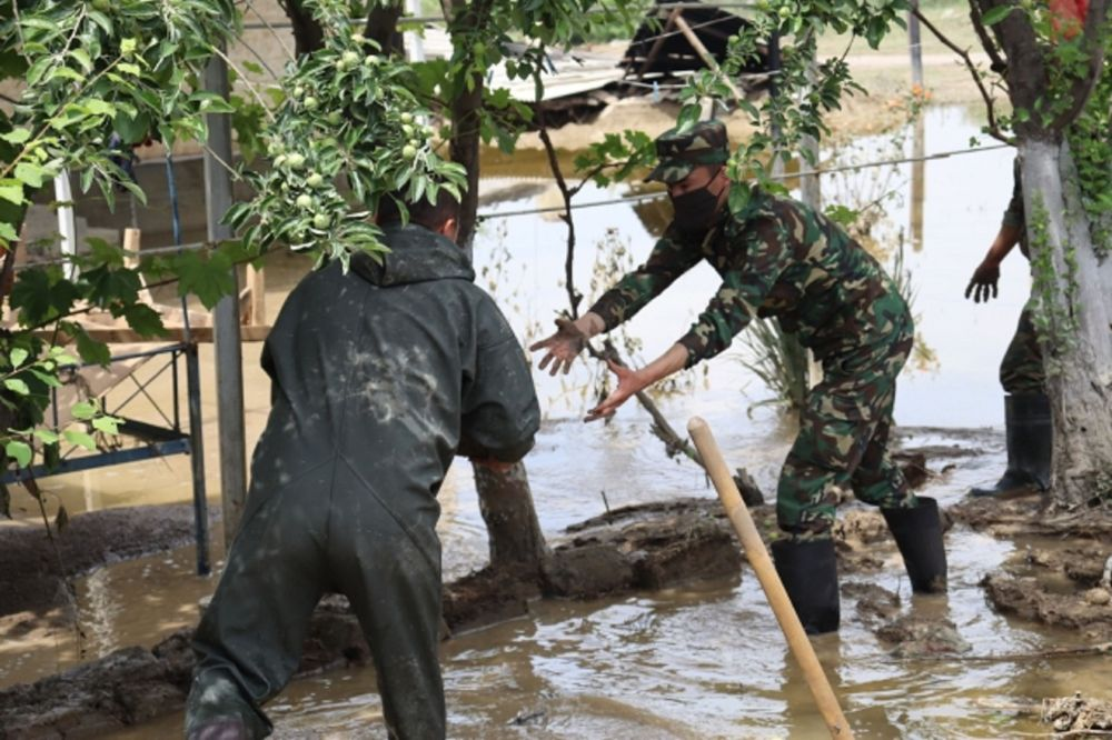 Спасатели укрепляют русло арыка в зоне подтопления в Мактааральском районе