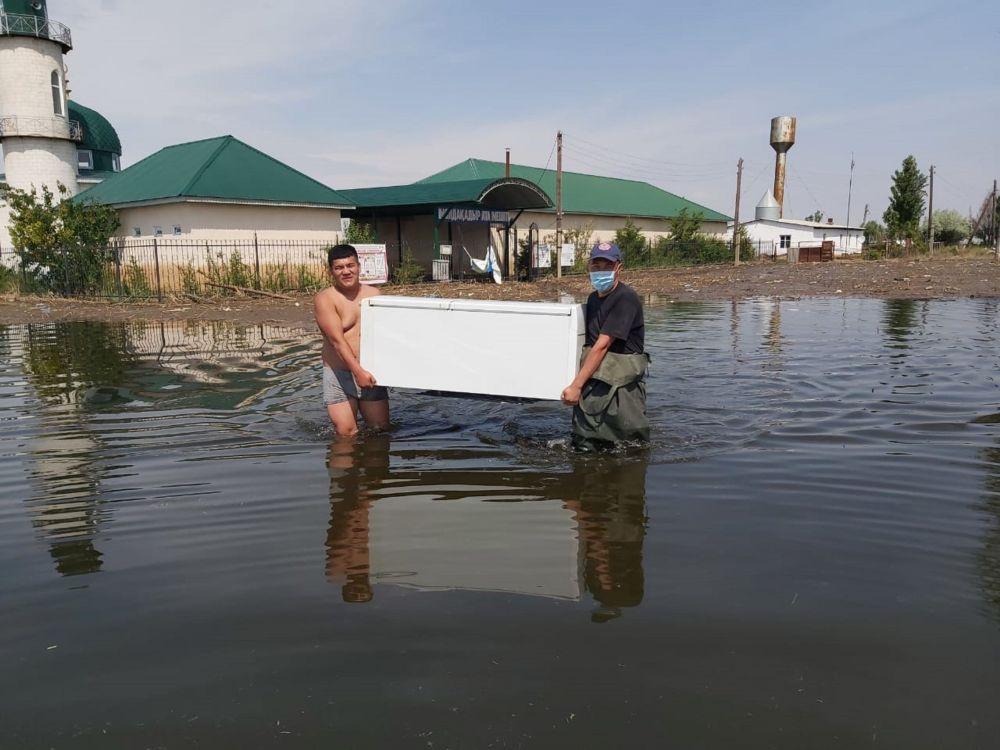 Спасатели помогают пострадавшим от наводнения в Мактааральском районе