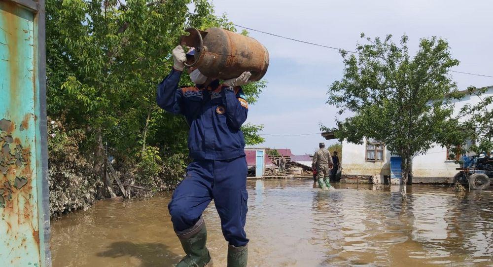 Спасатели помогают пострадавшим от подтопления в Мактааральском районе, архивное фото