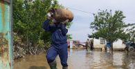 Құтқарушылар Мақтаарал ауданында судан зардап шеккендерге көмек көрсетіп жатыр