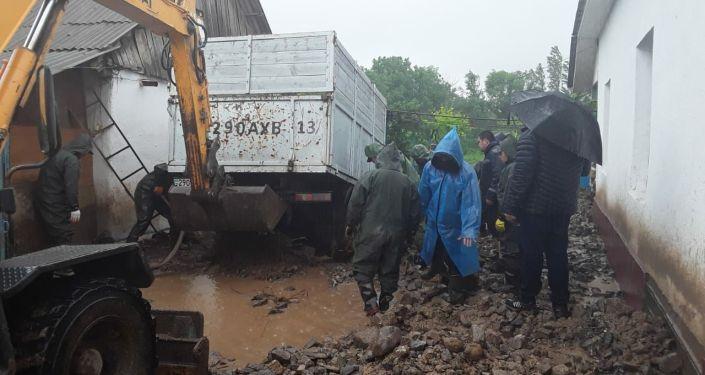 Спасатели устраняют последствия подтопления в Мактааральском районе - фото
