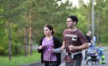 Молодые люди на пробежке в парке Нур-Султана