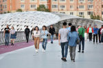 Астанчане прогуливаются по пешеходному мосту