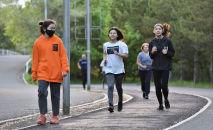Жительницы Нур-Султана на пробежке в городском парке