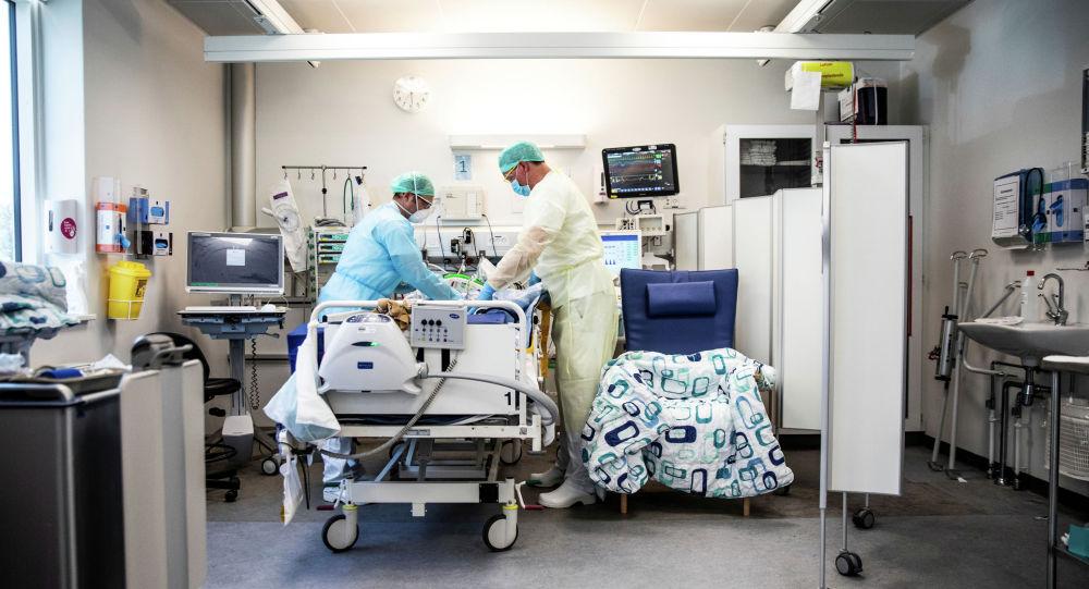 Врачи в палате интенсивной терапии в больнице с коронавирусом