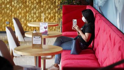 Посетитель кафе в маске