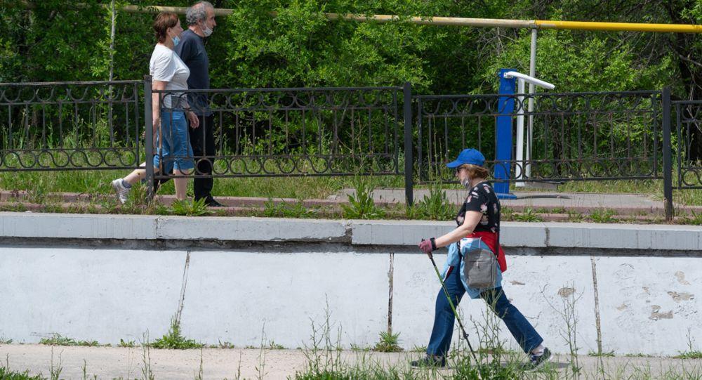 Алматинцы прогуливаются вдоль городских рек