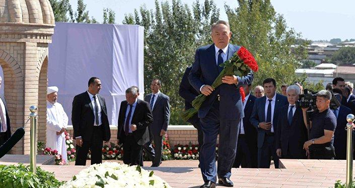Президент Казахстана Нурсултан Назарбаев возложил цветы к могиле Ислама Каримова