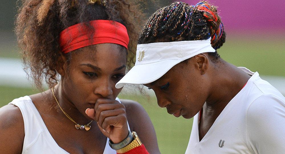 Американские теннисистки Винус Уильямс (справа) и Серена Уильямс