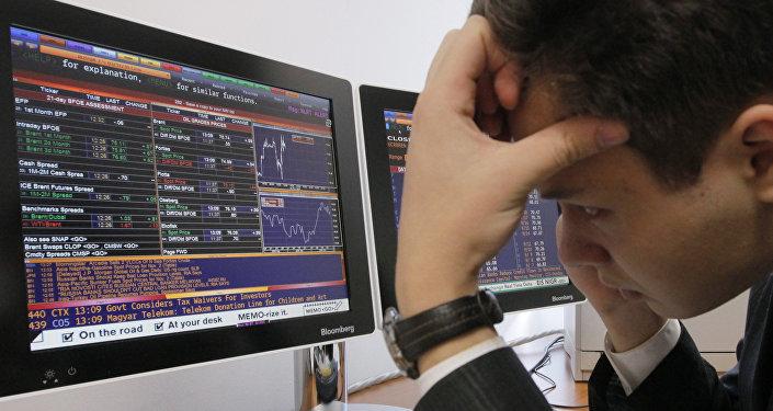 Работник валютной биржи. Архивное фото