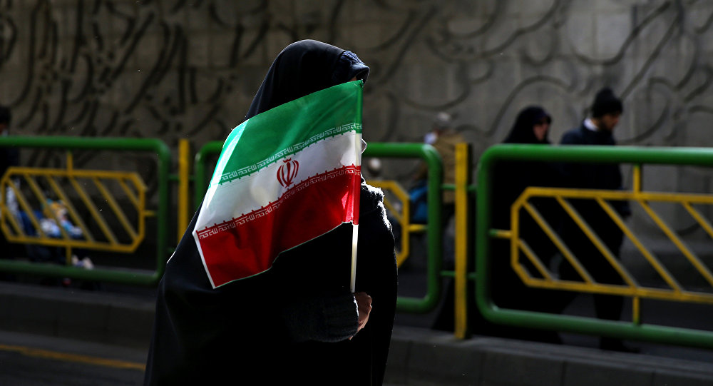 Архивное фото девушки с флагом Ирана