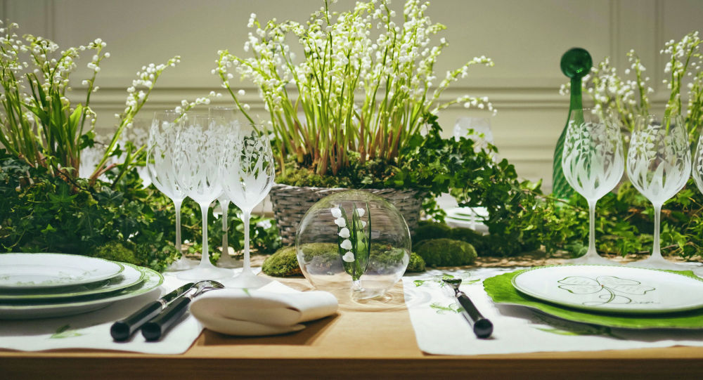 Dior выпустил коллекцию посуды, вдохновленную ландышами