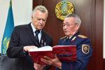 Қазақстанның бірінші ішкі істер министрі Владимир Шумов (сол жақта)