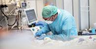 Медик в палате интенсивной терапии в госпитале с коронавирусом
