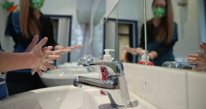 Ребенок и девушка моют руки