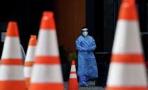 Медик у приемного покоя больницы с коронавирусом ожидает поступления больных