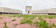 Трава проросла сквозь брусчатку у Триумфальной арки в Нур-Султане