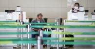 Пассажир в аэропорту ожидает регистрации на рейс