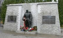 Памятник советскому Воину-освободителю Бронзовый солдат на таллинском Военном кладбище, архивное фото