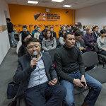 Представители СМИ в мультимедийном пресс-центре Sputnik Казахстан на пресс-конференции,посвященной ситуации вокруг предпринимателей БЦ 7 континент в Астане