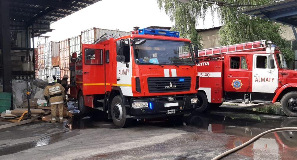 Огнеборцы на месте тушения пожара