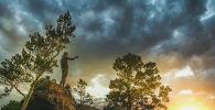 Туристы фотографируют закат над озером Бурабай