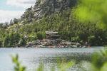 Вид на гору Окжетпес и скалу Жумбактас на озере Бурабай