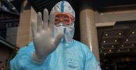 Медик просит соблюдать дистанцию при взятии проб для анализа на коронавирус