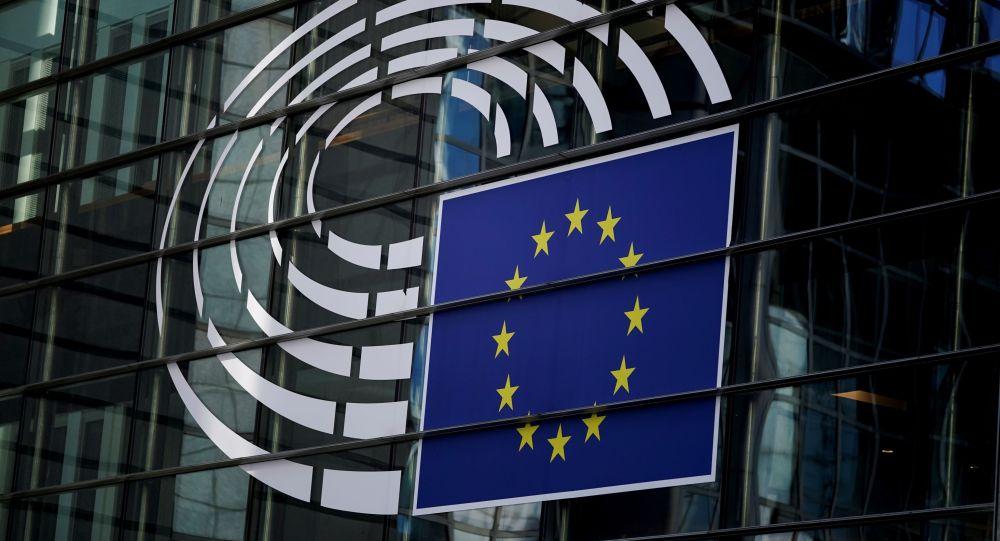 Эмблема Европарламента на административном здании в Брюсселе