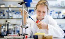 Сотрудница лаборатории готовит материалы для исследования по разработке вакцины против коронавируса