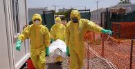 Сотрудники больницы выносят тело погибшего от коронавируса для организации похорон