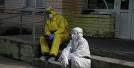Медики сидят на крыльце больницы с коронавирусом