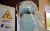 Врач в запотевшей защитной маске в больнице с коронавирусом