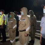 Полицейские на финальном построении на блокпосту