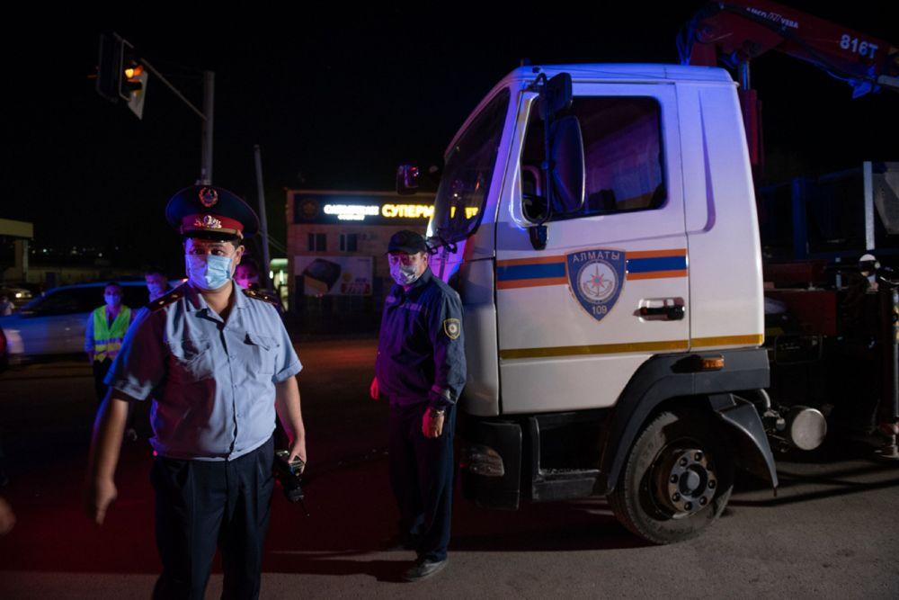 Полицейские уходят с блокпоста в Алматы