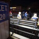 Журналисты снимают процесс открытия дорог после снятия блокпоста
