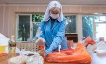 Доброволец Лилия Мингазова формирует пакет помощи