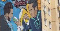 Супергерой со знаком антикоррупционной службы противостоит коррупционеру на бетонном полотне мурала