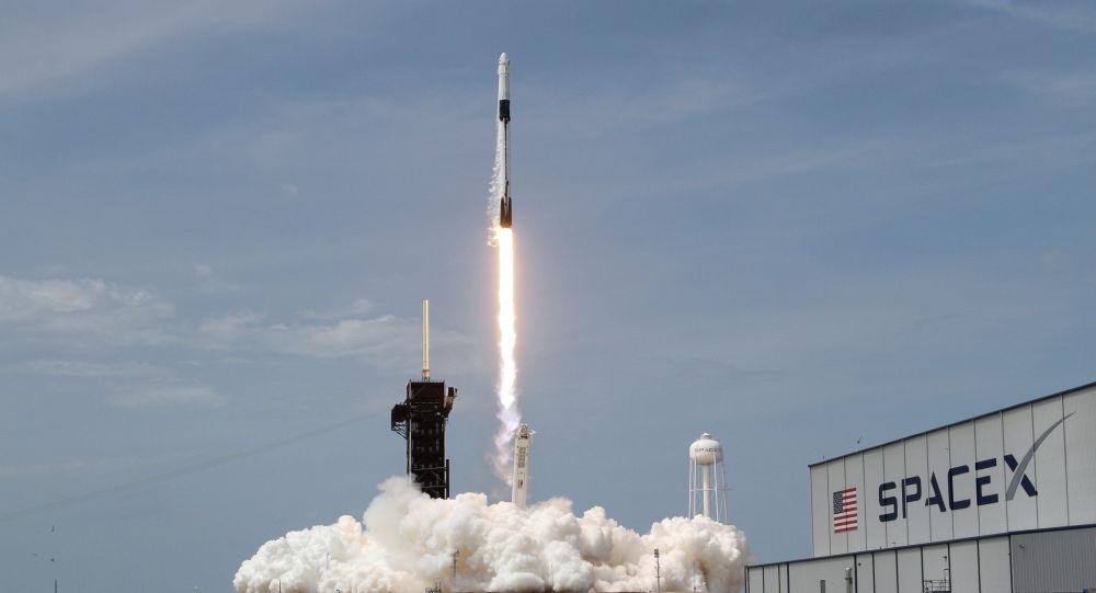 Запуск ракеты-носителя Crew Dragon с экипажем на мысе Канаверал