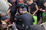 Мы любим вас: американский полицейский встал на колени перед протестующими в Калифорнии