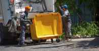 Уборка контейнеров с бытовыми отходами в столице