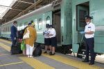 Проверка документов возле поезда на вокзале Нурлы жол
