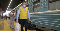 Позвольте ваш чемодан! Как волонтеры помогают пассажирам поездов - видео