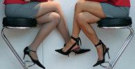 Девушки сидят на стулья