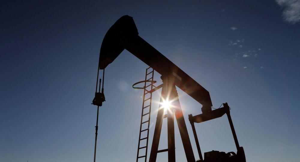 Вышка на нефтяном месторождении