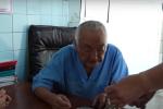 Рука крепка, глаза остры — как работает 9З-летний хирург Мамакеев. Видео